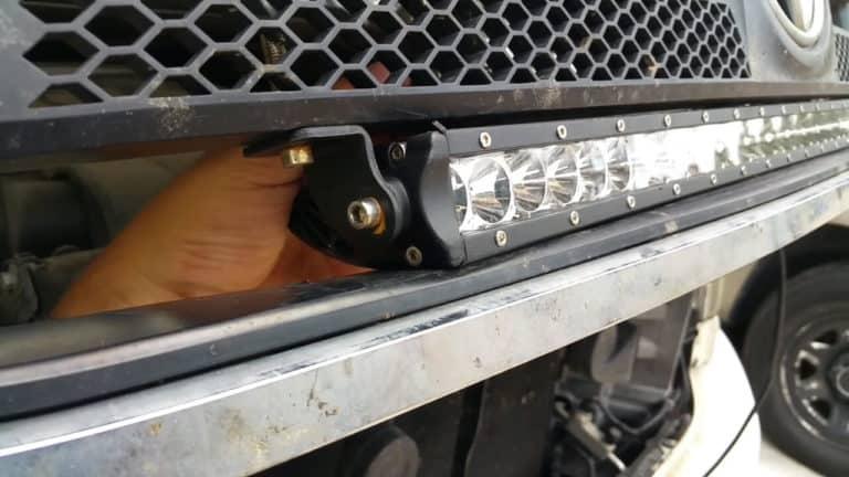 Umisťování jednořadé rampy pod masku chladiče